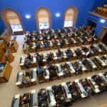 Riigikogu liikmed moodustasid ühe parlamendirühma ja kaks toetusrühma